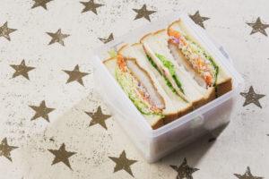 メッシュプレートの上にサンドイッチを