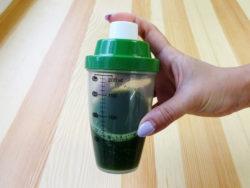 ふりふり青汁シェイカー_KOKUBO小久保工業所_青汁+ジュース_使用シーン3