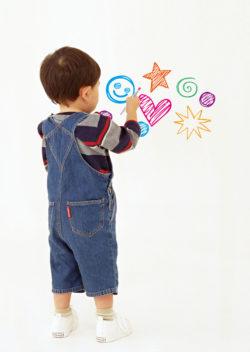 壁紙保護シート_小久保工業所_使用例1_子供