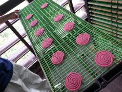 紀陽除虫菊_第一工場_蚊取り線香を製造3_アロマ蚊取り線香ローズ