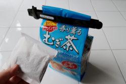 KM-341_キャットグレイスキッチンクリップLARGE&SMALL_KOKUBO小久保工業所_使用例_麦茶